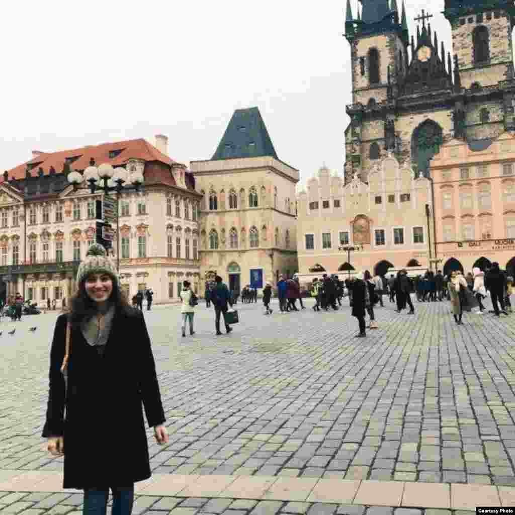Насколько трудно было исповедовать твою религию в Праге? Лили Долин из штата Массачусетс, 19 лет: – Я неоднократно слышала от многих людей, что Чехия является одной из наименее религиозных стран в Европе, и я считаю, что это правда.В Праге много пасхальных рынков, но это – ничто по сравнению с процессиями и фестивалями в других городах, таких как Мадрид. Я не суперрелигиозный человек, но ценю культурные и социальные аспекты иудаизма. Мне было легко практиковать и поддерживать свою еврейскую идентичность. Я очень рада возможности оказаться за границей, и мне удалось лучше узнать еврейскую общину в Праге.