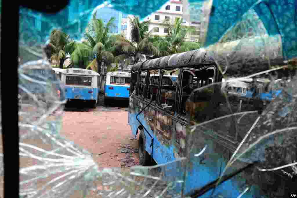 Xe của chính phủ Bangladesh bị cháy nám sau vụ đụng độ tại Dhaka. 22 người chết khi cảnh sát chiến đấu với hàng chục ngàn người Hồi Giáo tại thủ đô.