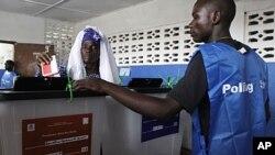 Ma-Fanta Konneh, 60 ans, dépose son bulletin au bureau de vote de Kendeja Community School, à Monrovia (11 octobre 2011)