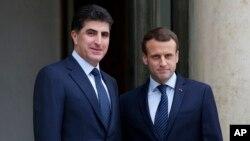 Presiden Perancis Emmanuel Macron (kanan) berpose dengan Perdana Menteri wilayah otonomi Irak Kurdi Nechirvan Barzani, sebelum pertemuan di Istana Elysee di Paris, Sabtu, 2 Desember 2017.