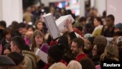 Người dân đổ xô mua hàng tại cửa hàng Macy's trong đợt giảm giá Thứ Sáu Đen ở New York, 27/11/2014.