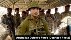 Serdadu AD Australia, Prajurit Dennis Lee, berdiri bersama dengan rekan-rekannya dari AD Irak saat memberikan perlindungan bagi pasukan di Komplek Militer Taji, Irak.