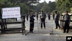 Polisi Burma berusaha menyita tanah warga dengan paksa setelah warga menolak uang santunan di Burma utara (foto: ilustrasi).