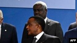 President Denis Sassou Nguesso na mokambi ya misala ya union africaine Moussa Faki Mahamat (likolo) na bokutani mpo na kimya na Libye na Berlin, Allemagne, 19 janvier 2020.