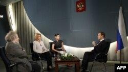 Дмитрий Медведев беседует с журналистами
