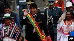 Presiden Bolivia, Evo Morales, melambaikan tangan saat tiba di Kongres didampingi para anggota legislatif, untuk melaksanakan pidato tahunan di La Paz, Bolivia, Selasa, 22 Januari 2019 (foto: AP Photo/Juan Karita)