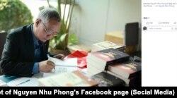 Nhà báo Nguyễn Như Phong ký tặng sách