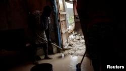 Des sinistrés tentent d'extirper la boue de leur maison endommagée après le passage de l'ouragan Matthew sur la ville de Jérémie, Haïti, 6 octobre 2016.