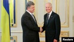 Петр Порошенко и Джо Байден (архивное фото)