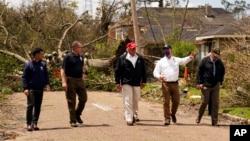 صدر ڈونلڈ ٹرمپ نے امریکہ کی ریاستوں ٹیکساس اور لوزیانا کے سمندری طوفان سے متاثرہ ساحلی علاقوں کا دورہ کیا ہے۔
