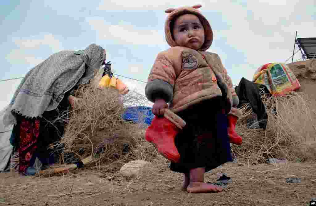 Một em bé người Afghanistan trong một trại tị nạn dành cho người thất tán ở vùng ngoại ô của Mazar-e Sharif, phía bắc thủ đô Kabul.