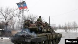 顿涅茨克分离派武装的装甲车在顿涅茨克郊外