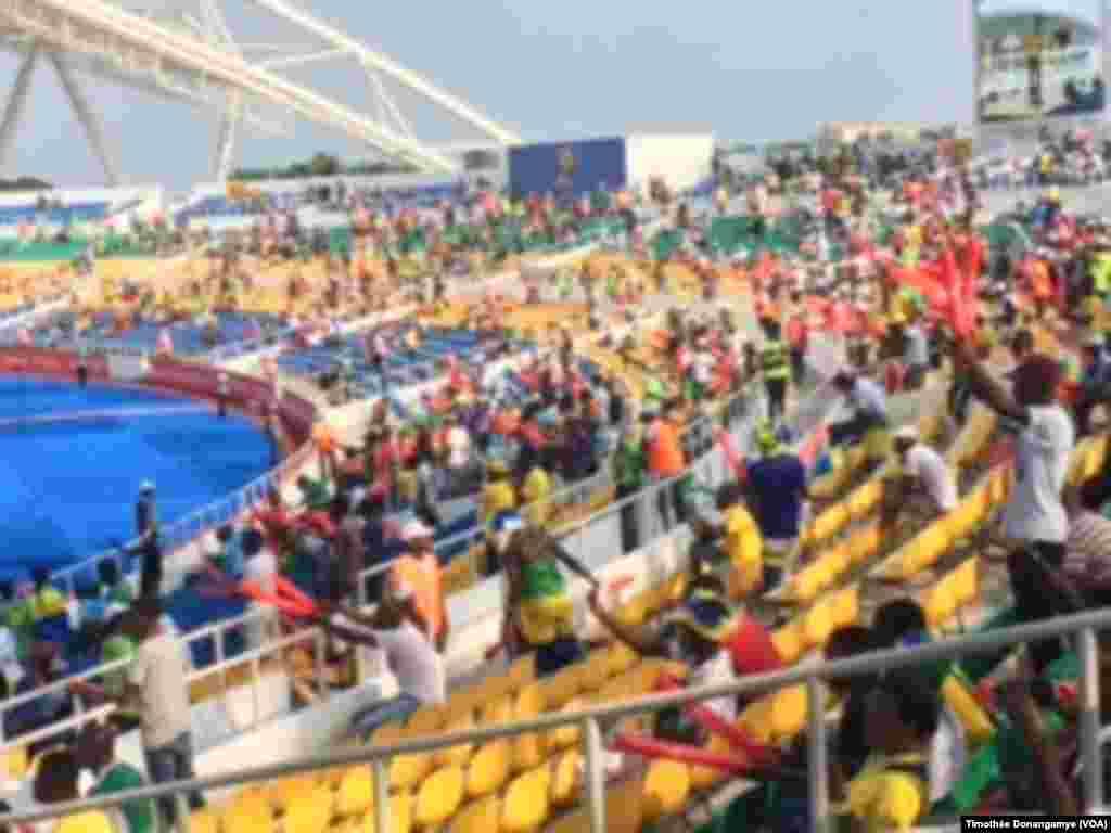 Les fans s'installent dans les gradins au stade de l'Amitié de Libreville, Gabon, 14 janvier 2017. (VOA/Timothée Donangamye)