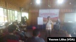 Pelatihan wirausaha untuk para narapidanan dan mantan kombatan Teroris, yang selenggarakan oleh Aliansi Indonesia Damai Jakarta dan Celebes Institute, di Poso, Sulawesi Tengah, 26-27 Januari 2018. (VOA/Yoanes Litha)