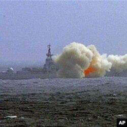 中国南海舰队驱逐舰在演习中发射导弹