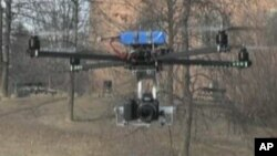 Bespilotna letelica italijanske policije sa četiri elise sa instaliranom kamerom za osmatranje iz vazduha