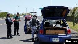 Cảnh sát Mexico kiểm tra xe (ảnh chụp ngày 17/3/ 2017)
