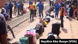 Des pèlerins à la gare du train de Magal, à Touba, Sénégal, 8 novembre 2017. (VOA/Seydina Aba Gueye)