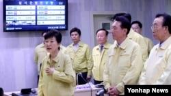 20일 박근혜(왼쪽) 대통령이 경주 지진발생현장 인근의 월성원자력발전소 1호기를 방문해 안전대책을 주문하고 있다.