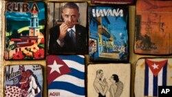 Các vật lưu niệm, trong đó có hình ảnh Tổng thống Obama ngửi xì gà, được bày bán tại một khu chợ ở La Havana.