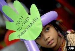 Seorang gadis sekolah dasar di sebuah forum publik di Manila tentang pornografi anak, 5 Juni 2009, sebagai ilustrasi. (Foto: AFP)