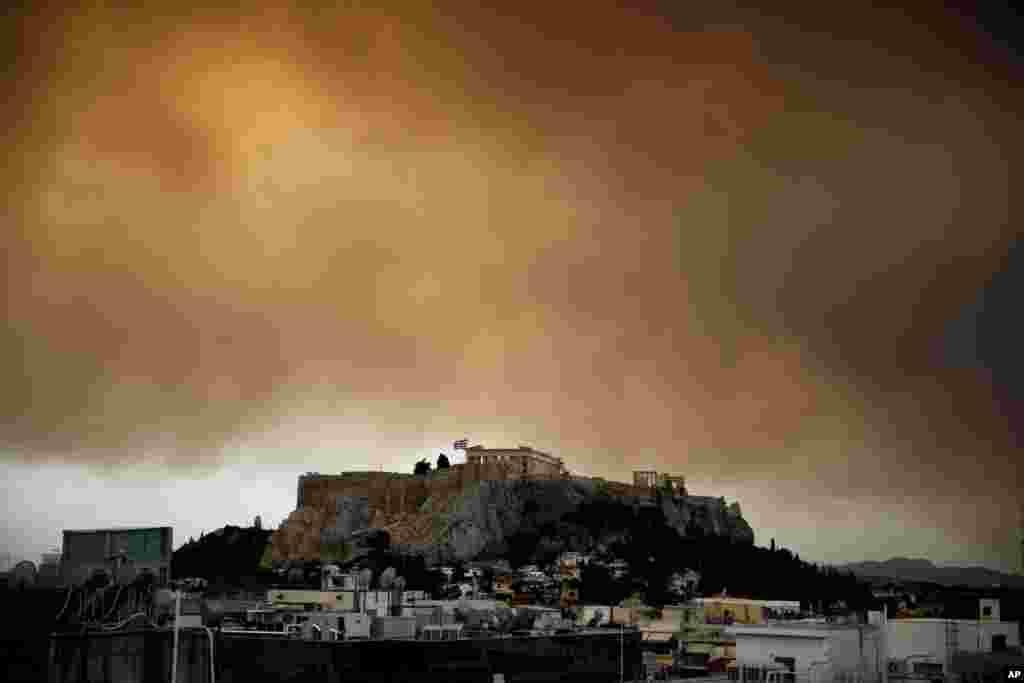 지난 23일 발생한 대형 산불로 인해 그리스 파르테논 신전이 있는 아크로폴리스 상공이 검붉은 연기로 뒤덮여있다. 그리스 소방 당국은 현재까지 확인된 사망자가 적어도 82명이고, 부상자는 187명으로 파악됐다고 밝혔다.