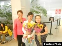 2013年9月7日,女权无疆界总裁瑞洁(左侧)到美国旧金山机场迎接张林的两个女儿 张儒莉(中间)张安妮(右侧)。(照片来源:胡佳拍摄)