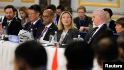 Thứ trưởng Ngoại giao Hoa Kỳ Andrea Thompson (giữa) phát biểu trong cuộc họp về INF với các nước P5 ở Bắc Kinh vào ngày 30/1/2019.