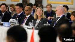 Podsekretarka SAD Andrea Topmson, u centru, govori na otvaraju Konferencije o Sporazumu o neširenju nuklearnog oružja u Pekingu, na kome učestvuju stalne članice Saveta bezbendosti UN, 30. januara 2019.