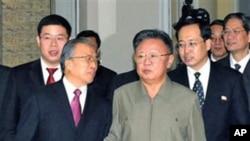 2010年12月9号北朝鲜领导人金正日(中右)和中国国务委员戴秉国在平壤会晤(资料照)