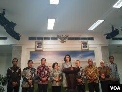 Sembilan Pansel Capim KPK Periode 2019-2023, dalam konferensi pers usai menyerahkan 20 nama Capim KPK di Kantor Presiden, Jakarta, Senin, 2 September 2019. (Foto: VOA/Ghita).
