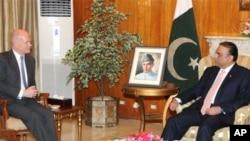 صدر آصف علی زرداری اور برطانوی وزیر خارجہ ولیم ہیگ بات چیت کرتے ہوئے