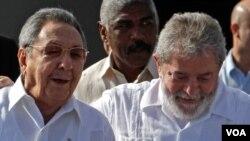 """Lula da Silva (der.) se reunió con Raúl y Fidel Castro de quien aseguró se encuentra """"hablador como siempre""""."""