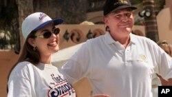 Foto de 1997 de Alicia Machado y Donald Trump en que anunciaron que la reina de belleza había subido de peso y haría ejercicio en The Greenhouse Spa en el club Mar-a-Lago, en Florida.