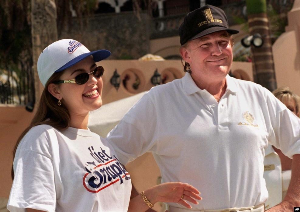 """1997年2月15日,前""""環球小姐"""",委內瑞拉人艾麗西亞•馬查多和川普在川普的俱樂部里合影。 但在2016年,這兩人互相抨擊。 馬查多支持克林頓,反對川普"""