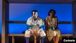 El legendario beisbolista es interpretado por el actor Modesto Lacén.En esta escena aparece junto a la actriz Xiomara Rodríguez [Foto: Lonnie Tague].