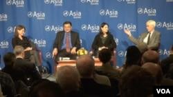 美中专家学者星期四晚在位于纽约的亚洲协会辩论美中关系究竟是合作还是竞争(美国之音方方拍摄)