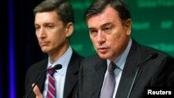 9일 호세 비날스(오른쪽) IMF 자본시장 국장이 워싱턴에서 열린 기자회견에서 발언하고 있다.