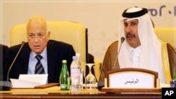 Ministan harkokin wajen Qatar Hamad Bin Jassim Al-Thani yake zantawa da sakataren kungiyar kasashen Larabawa Nabil Al-Arabi a wajen wani taro da suka yi a birnin Doha akan kasar Syria.