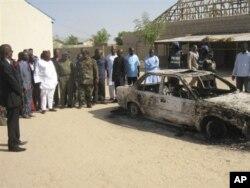 Epave d'une voiture incendiée devant l'église baptiste Victory de Maiduguri attaquée le 25 décembre par des militants présumés du groupe Boko Haram