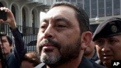 El exministro del Interior de Guatemala Mauricio López Bonilla, es escoltado por la policía a su arribo a una corte en ciudad de Guatemala el 11 de junio de 2016.