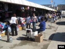 雅库茨克市的一家主要市场,有许多中国商贩在此经商。(美国之音白桦拍摄)
