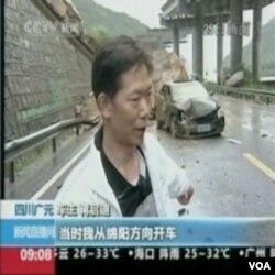 Jiang Qidi, pokazuje svoj automobil oštećen odronom na putu prouzrokovanim rekordnim kišama