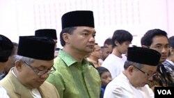 Dubes baru RI yang ditunjuk untuk AS, Dr. Dino Djalal (tengah dengan baju hijau) saat akan melakukan sholat Idul Fitri bersama masyarakat Indonesia di dekat Washington hari ini.