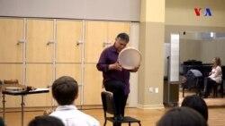 Azərbaycan qavalı çalan Amerikalı musiqiçi