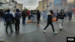 İran'daki gösterilerde şu ana kadar en az 12 gösterici ve 4 güvenlik görevlisinin hayatını kaybettiği belirtiliyor.