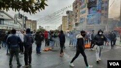 伊朗反政府抗议者封锁了首都德黑兰的一条道路。(2019年11月17日)