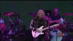 Один із найкращих гітаристів світу допомагає ветеранам. Відео