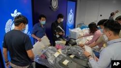 홍콩 경찰은 6일 폭발물을 이용한 테러 모의 혐의자 9명을 체포했다며 압수한 증거물을 공개했다.