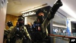 "Polisi anti huru-hara menyerbu pusat perbelanjaan pada hari libur ""Boxing Day"" di Hong Kong, Kamis (26/12)."
